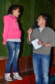 Una pequeña mostrando su talento en La Voz Kids, versión Televideo.