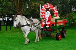 Papá Noel llegando a repartir regalos.