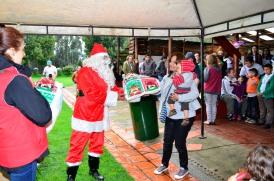 Papá Noel entregando los regalos.