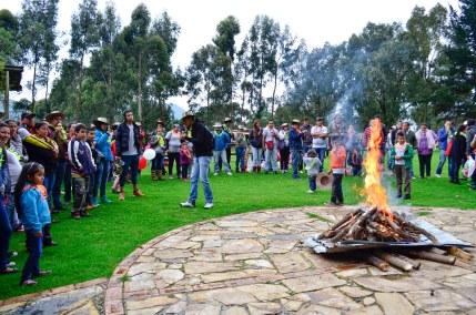 Esperando a que inicie la ceremonia para quemar lo peor del 2014 y darle la bienvenida al 2015.
