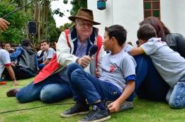 Francisco Muñoz entrevistando a los más pequeños.